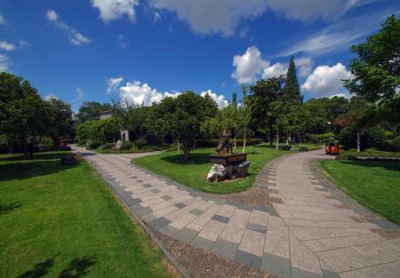 lakeview: Park sidewalk