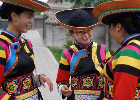 전통 의상을 입은 국적 소녀 에디토리얼