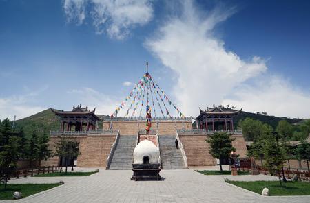 Landschaftsansicht eines Altars des Tu-Nationalität Gartens Standard-Bild - 89387353