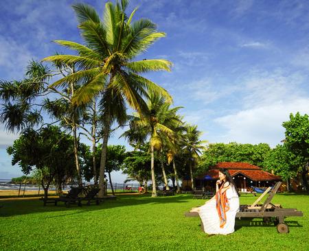女性はビーチのそばでリラックス 写真素材 - 92585061