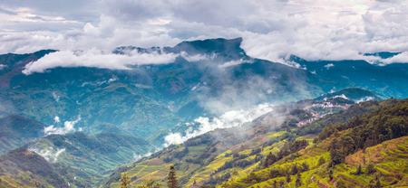 De mening van het landschapslandschap van een berg onder de blauwe hemel met witte wolk