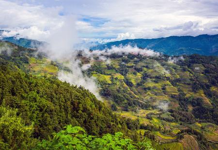 Bergdorp onder de wolken en de mist