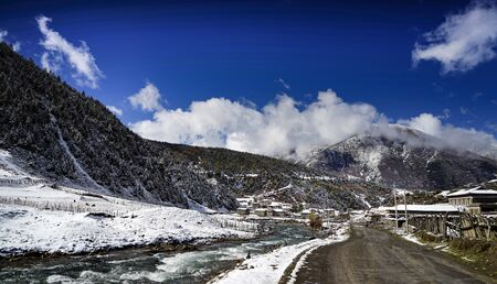 mountain village with snow highway road Imagens