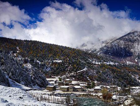 Tibetan village with snow scene Imagens