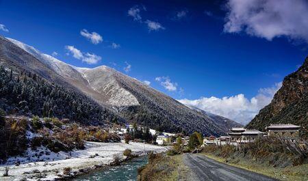 Mountain village snow scene Foto de archivo - 128811542