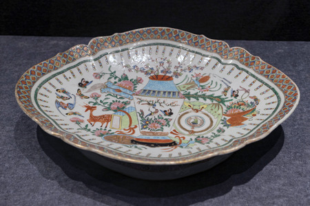 Painted porcelain plate 에디토리얼