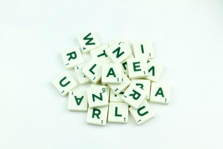 puzzelen: Plastic tile alphabet for puzzling words games