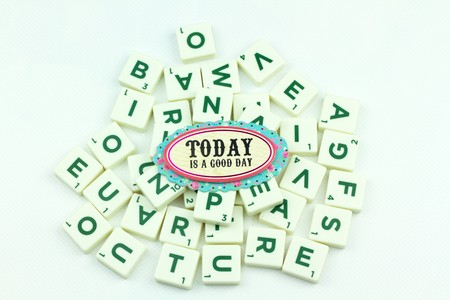 puzzelen: greeting note with Plastic tile alphabet for puzzling words games Stockfoto