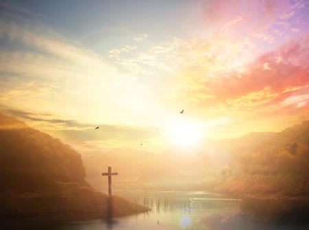 Koncepcja inspiracji: krajobraz górskiej rzeki na tle zachodu słońca.