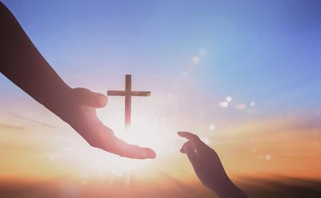Concept de main aidant de Jésus : Journée mondiale de la paix sur fond de coucher de soleil Banque d'images