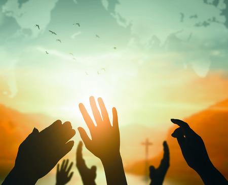 Koncepcja Światowego Dnia Religii: Człowiek otwiera dwie puste ręce w górę w tle Zdjęcie Seryjne