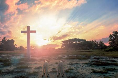 Concepto de rendición: silueta de cruz crucifijo en la montaña al atardecer con fondo sagrado y claro Foto de archivo