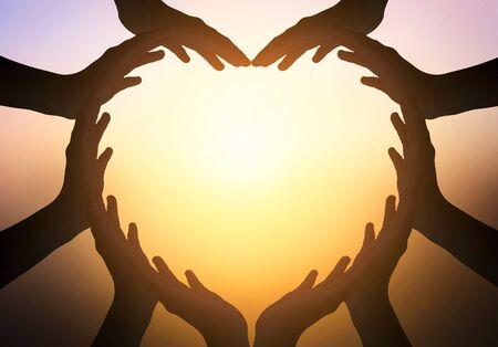 Concept de la Journée internationale de l'amitié : mains en forme de coeur sur fond flou Banque d'images