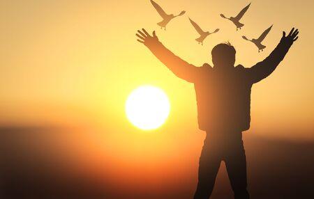 Concepto del Día Internacional de la Paz: silueta de hombres jóvenes rezando