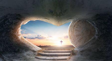 Concepto de Pascua: Tumba vacía de Jesucristo al amanecer con fondo de Cruz Foto de archivo