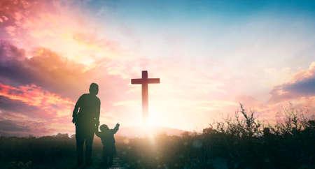 Parents and children worship on the cross background 版權商用圖片