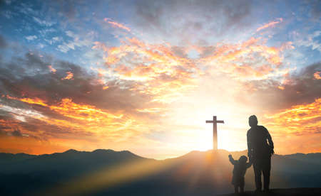 Mom and daughter praying and worship to GOD on mountain sunset background 스톡 콘텐츠