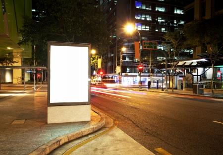 都市の道路上の看板