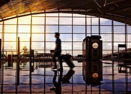 gente aeropuerto: Terminal del aeropuerto pasillo. Viajeros de pie