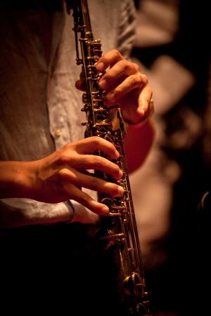 soprano saxophone: Los instrumentos musicales que juegan Foto de archivo