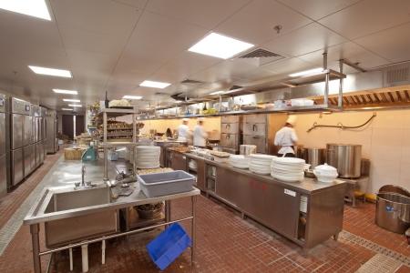 Chef cooking an gewerbliche Küche - heißer Job Editorial