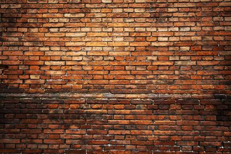 pared rota: Fondo de ladrillo rojo: Primer de un viejo muro de ladrillo desigual.