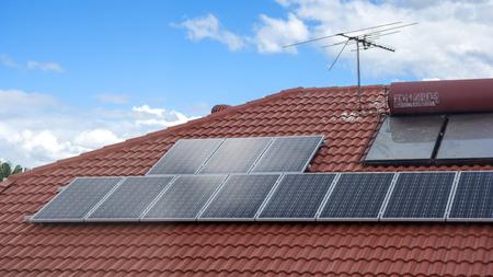 paneles solares: Paneles solares en la azotea Editorial