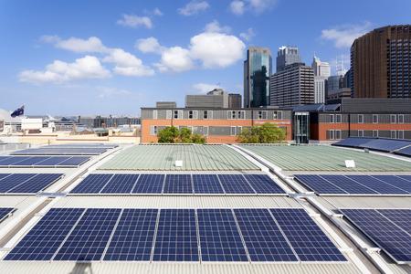 anuncio publicitario: Paneles solares en la azotea Foto de archivo