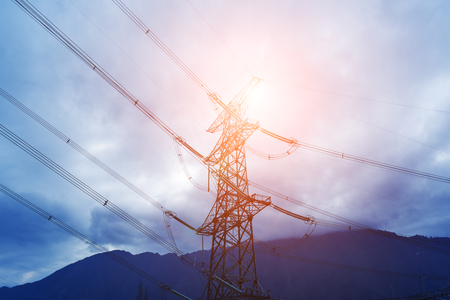 電源変電所タワーと電力線、屋外の山のための背景