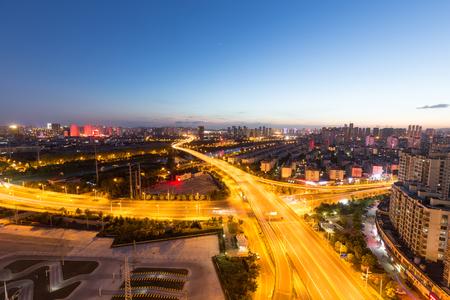 Pavimentazione del passaggio di sera e orizzonte della costruzione urbana a Wuxi, Cina