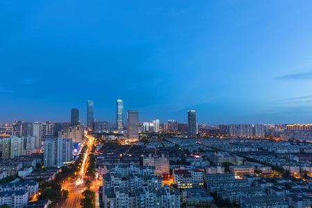 China Wuxi, la città emergente dello skyline della costruzione in serata Archivio Fotografico - 103996759