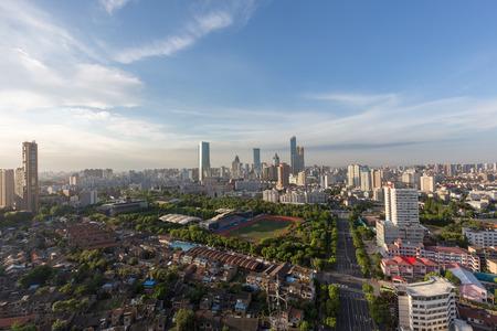 China Wuxi, la città emergente dello skyline della costruzione in serata Archivio Fotografico - 103996801