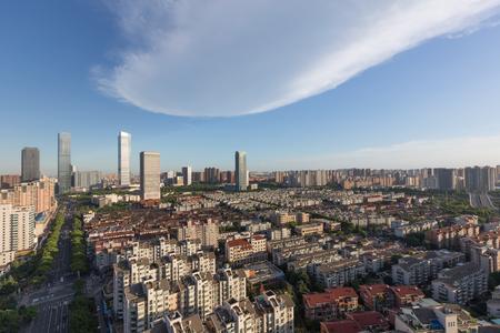 China Wuxi, la città emergente dello skyline della costruzione in serata Archivio Fotografico - 103996803