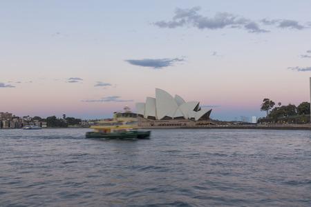 2016.10.18 Porto di Sydney, Australia, costruzione del porto e navi la sera, la famosa Sydney Opera House in lontananza, bellissimo paesaggio Archivio Fotografico - 103975305