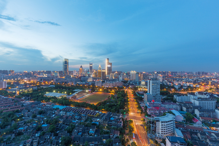 China Wuxi, la città emergente dello skyline della costruzione in serata Archivio Fotografico - 103996916