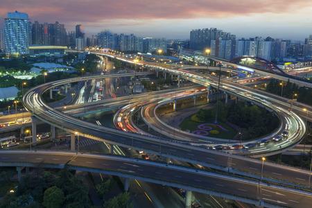 Cina Shanghai, scie luminose per auto viadotto serali Archivio Fotografico - 103996978