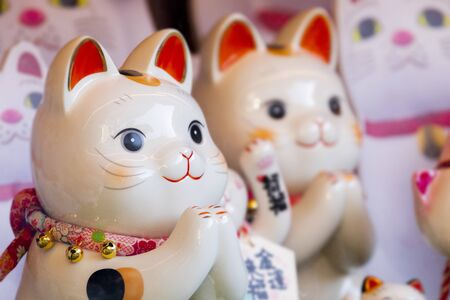 """""""Eine Gruppe japanischer Glückskatzen aus Keramik in der Vitrine (japanisch: Lucky Cat Chinese: Peace, Lucky Segen, viel Glück, Glück, zehntausend)"""""""