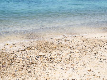 clima tropical: agua azul clara y playa en el clima tropical de Tailandia.