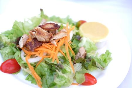 plato del buen comer: ensalada de pollo fresca comida sana en la mesa en la cocina