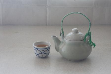 chinese tea pot: bodeg�n conjunto de chino tetera con la taza de t� en el calentamiento d�as