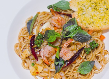 spaghetti with shrimp and pepper