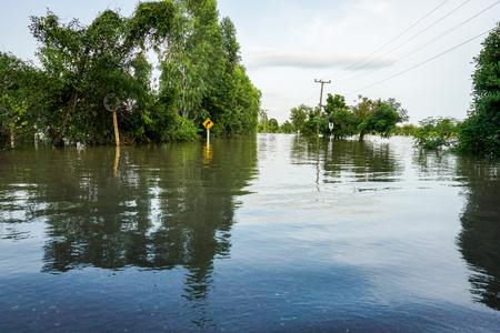 Überschwemmung von Stürmen , die Überschwemmungen in ländlichem und städtischen Gebieten verursacht Standard-Bild