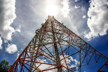 Blauwe lucht op de achtergrond De gsm-toren wordt gebruikt om telefoonsignalen te verzenden. Stockfoto