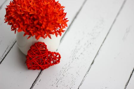 Blurred background.Red hearts and flowers on a white wood floor with space, ideas love or the day of love Valentines Day. Stok Fotoğraf