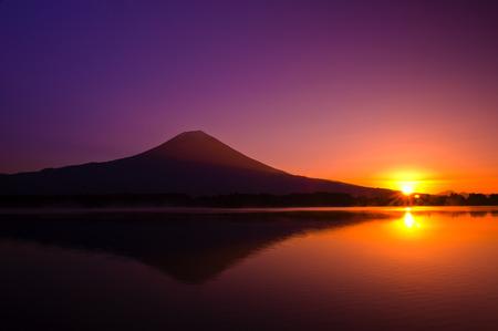 far east: vista panorámica del lago Tanuki y la montaña Fuji, Japón