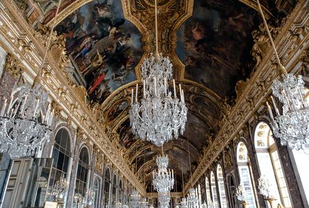arredamento classico: Versailles, Francia - 7 agosto 2014: Interno della Reggia di Versailles Palazzo di Versailles vicino a Parigi il 18 aprile 2015, la Francia. Palazzo di Versailles è nella lista del patrimonio mondiale dell'UNESCO dal 1979. Editoriali