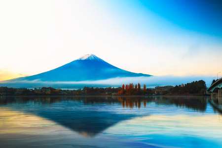 lejano oriente: Mt Fuji in the early morning with reflection on the lake kawaguchiko