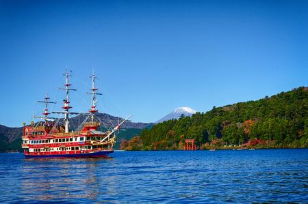 하코네, 일본의 후지산 근처의 아 시노 코 호수의 해안, 붉은 도리이.