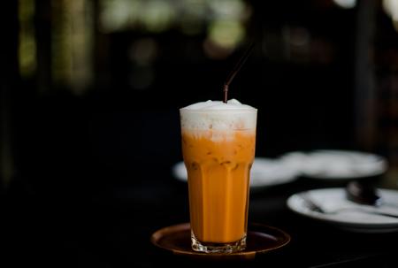 カフェでミルクを入れたタイのアイスティー