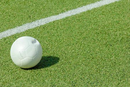 prato sintetico: palla su erba sintetica verde campo sportivo con la linea bianca colpo Archivio Fotografico